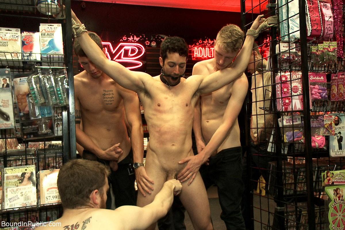 Порно в магазине на публике